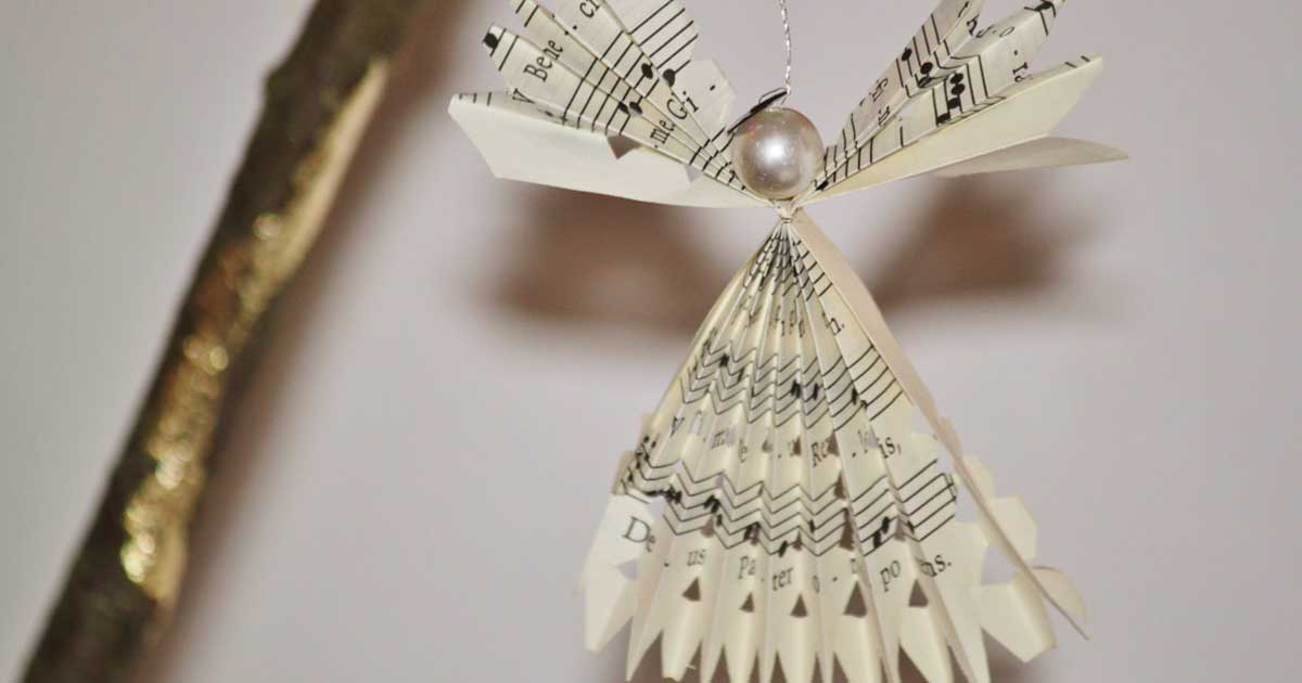 This angel-shaped Christmas ornament features a beautiful pearl.