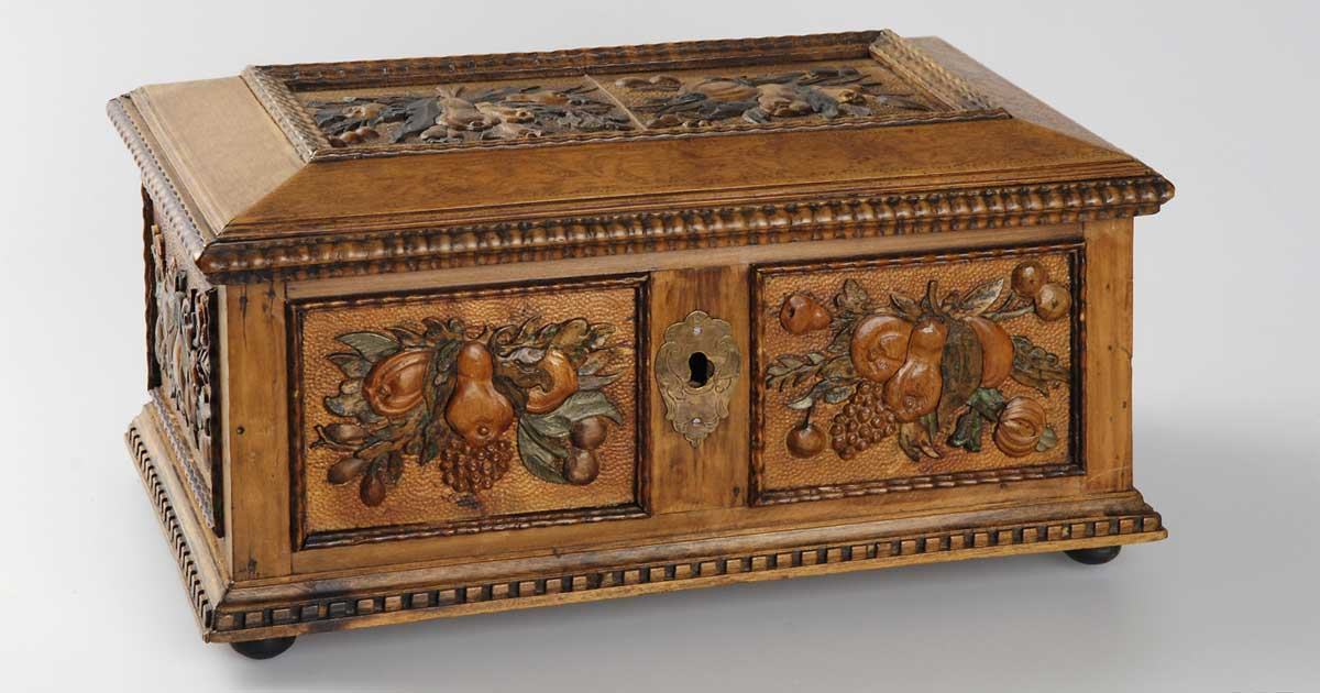 Valuable Jewelry box with inlayed and carved relief of fruit motif
